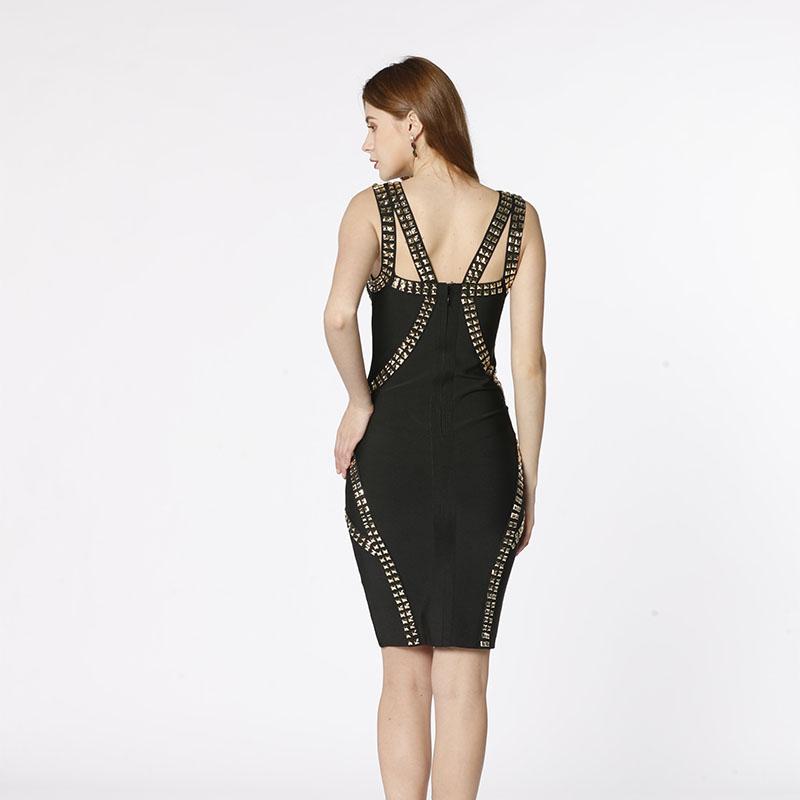 O mână de înaltă calitate, cu nituri negre de pe umăr, o rochie sexy de bandaj.